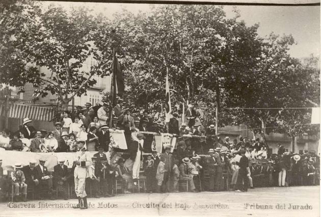 Detall del passeig del mar amb la tribuna de la Carrera Internacional de Motos, organitzada la Festa Major de l'any 1914 AMSFG. Col·lecció Espuña-Ibáñez (Autor desconegut)