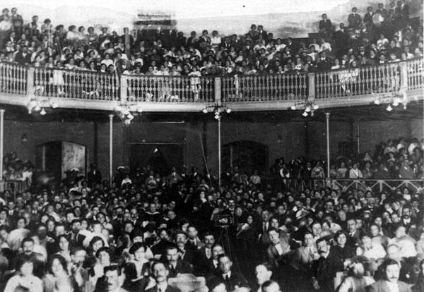 Públic al Teatre Novedades durant el primer terç del segle XX AMSFG. Col·lecció Espuña-Ibáñez (Autor: Geli)