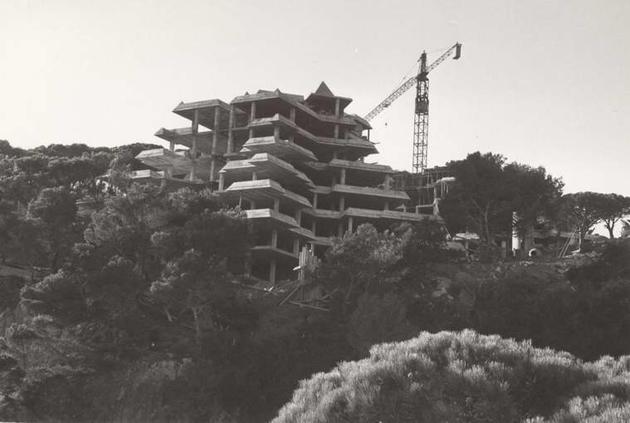 Construcció de l'edifici Les Piràmides, a la Volta de l'Ametller, any 1981 AMSFG. Col·lecció Municipal d'Imatges (Foto Cine Antorcha)