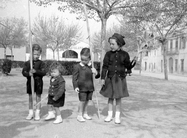 Nens arreglats per beneir els rams a la plaça del Monestir, mitjan segle XX. AMSFG. Fons Pere Ros (Autor: Pere Ros)