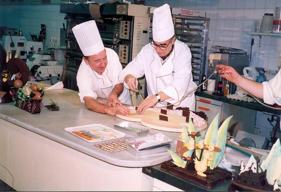 Preparació de mones de Pasqua a l'obrador de la pastisseria Gironès, cap al 1991. AMSFG. Fons Albert Gironès (Autor desconegut)