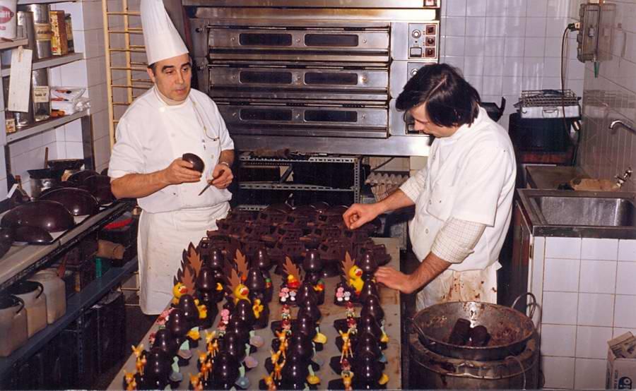 Preparació de mones de Pasqua a l'obrador de la pastisseria Gironès a mitjan dècada dels vuitanta. AMSFG. Fons Albert Gironès (Autor desconegut)
